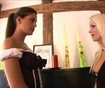 Stacy Silver é uma empregada obediente pronta para satisfazer o patrão e a patroa